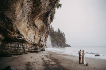Avery_Hahn_TulleampTweedPhotography_MiraandPearceMysticBeachElopement137_big
